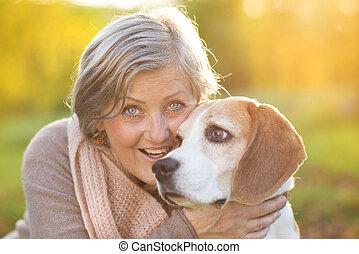 actif, personne agee, femme, étreint, chien
