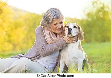 Activo, 3º edad, mujer, perro, abrazos