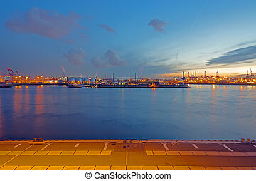 Industry in Hamburgs harbour - All the different indutry in...