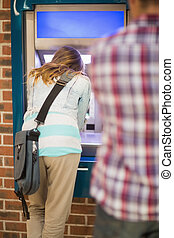 estudante, Levando, saída, Dinheiro, ATM