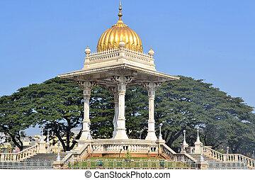 Maharaja's pavillon in India - Statue of Maharaja...
