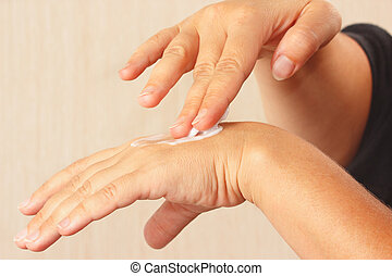 hembra, Manos, Utilizar, crema hidratante, piel