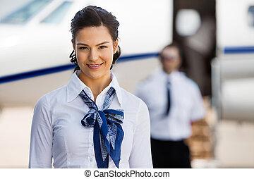 bonito, Stewardesses, sorrindo, com, piloto, e, privado,...