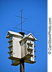 Martin Retractable Birdhouse - Head into Amish country and...
