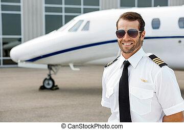 Confiado, piloto, sonriente