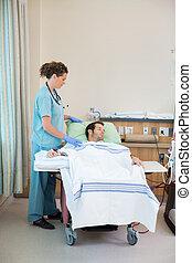 Enfermera, posición, por, paciente, recibiendo,...