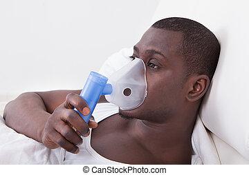 joven, hombre, con, Oxígeno, máscara