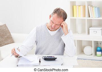 pensativo, hombre, tenencia, calculadora