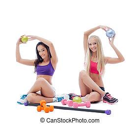 dois, jovem, estúdio, femininas, posar, sorrindo, atletas
