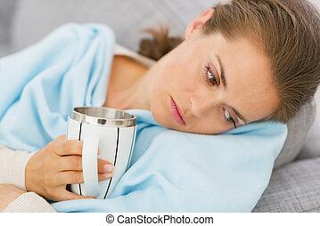 Descontentado, joven, mujer, gripe, teniendo, taza,...