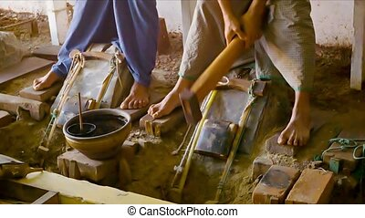 Making gold sheets for gilding. Old traditional way - Video...