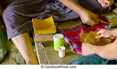 Prepare sheets of paper for gilding. Ancient method - Video...