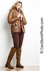 posición, mujer, Llevando, marrón, ropa, botas