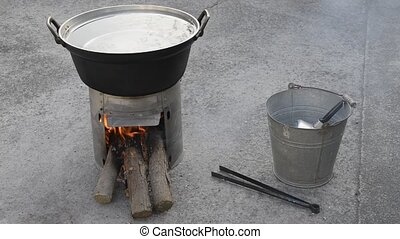 Simple stove - Heating water of the large pan on a japanese...