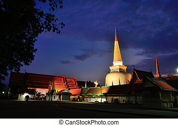 Wat Phra Mahathat Woramahawihan is the main Buddhist temple...
