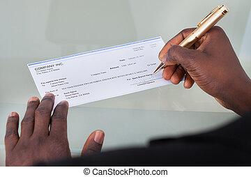 homem negócios, enchimento, cheque