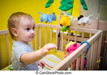 criança, Berço, tocando, brinquedos