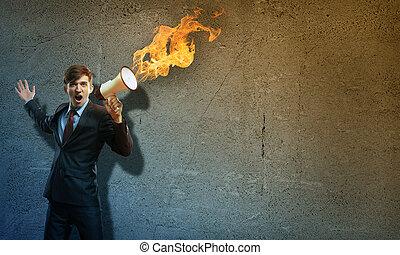 hombre de negocios, gritos, megáfono