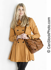 posición, Llevando, mujer, marrón, chamarra, bolso, retrato