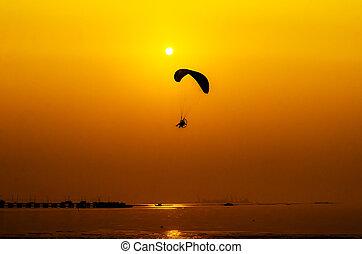 Paramotor, voando, pôr do sol, fundo
