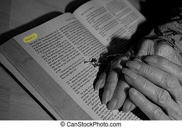 Vovós, bíblia, mãos