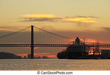 Sunset on river Tejo (Lisbon, Portugal)