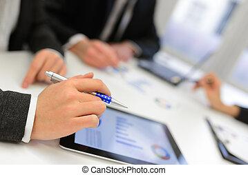 negócio, equipe, usando, tabuleta, computador,...