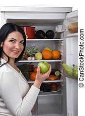 mujer, toma, verde, manzana, refrigerador