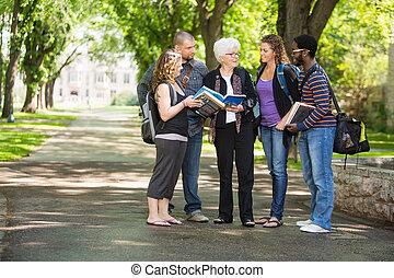 Estudiante, discutir, notas, con, compañeros de...