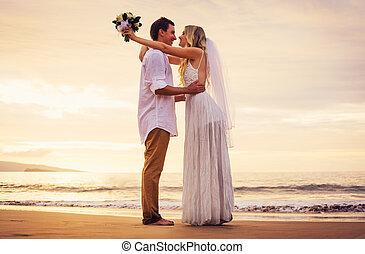 spiaggia, sposa, sposo, tramonto