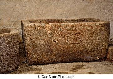 historischer Steintrog - alter Granittrog im Keller