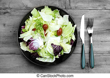 Piatto d'insalata - salad plate on wooden table