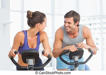 sonriente, joven, pareja, trabajando, afuera, Girar, clase