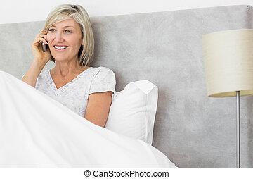 frau, Beweglich, Bett, Telefon, gebrauchend, Lächeln