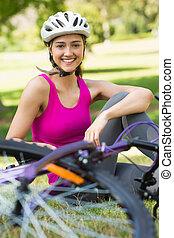 身に着けていること, ヘルメット, 女, 自転車, 公園, 幸せ