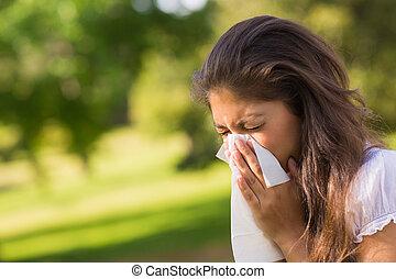 mulher, soprando, nariz, tecido, papel, parque