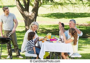 padre, barbacoa, parrilla, familia, teniendo, almuerzo,...