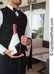 Garçom,  magnum, champanhe, segurando