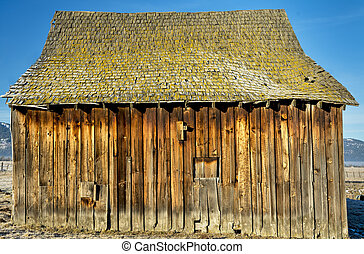 Singel old barn rotting in the sun - Weathered old barn with...