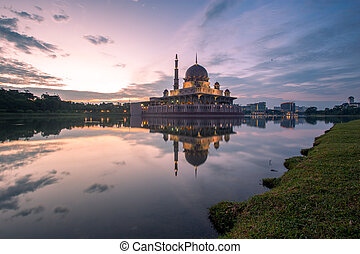 Putra Mosque in Putrajaya Photo - Beautiful sunrise in...