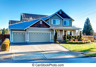 Curb appeal design idea - Pretty siding house with colomn...