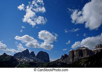 gebirge und weisse wolken - hohes felsiges gebirge blauer...