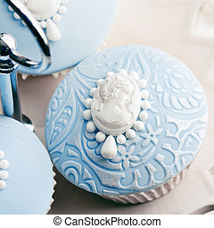 Cameo cupcakes - Cupcakes decorated with white sugar cameos