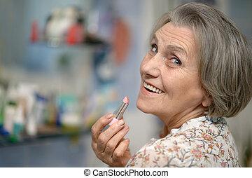 anciano, mujer, lápiz labial