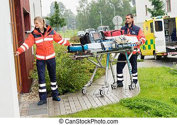 Paramédicos, proceso de llevar, camilla, ambulancia,...