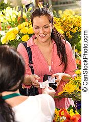mulher, cliente, Levando, recibo, flor, loja, comprando