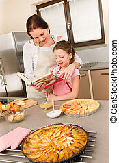 lány, szakácskönyv, sülő, néz, anya