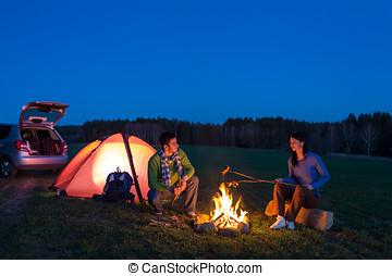 campamento, Sentado, coche, pareja, hoguera, tienda