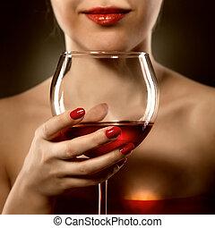 mulher, vermelho, segurando, vinho, vidro, sorrisos