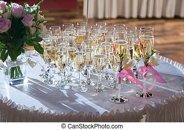 decorated wedding glasses with champagne - decorated glasses...